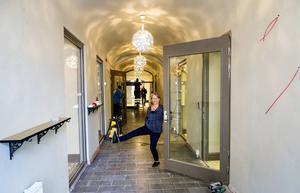 Gången mellan gatan och innergården är nu överbyggd och blir dels ett extrautrymme, dels en passage in till restaurangen.