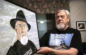 Ett självporträtt av Lennart Pernestrand. Trycket på sin tröja har han designat själv. Att