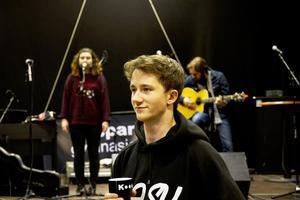 Carl Hedman är en av de som fixar inför KG-festivalen i kväll. I bakgrunden syns Evelina Bye,       en av eleverna, och Jim Uusikartano, lärare.