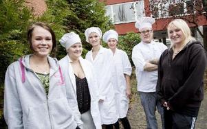 Johanna Olsson, Madicken Jönsson, Joanna Laritz, Sofie Jansson, Matti Öhman och Jennifer Telilä är, eller har varit, med i projektet Vägval – framtid. Foto: Carl Lindblad