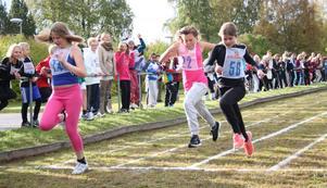 Här ser vi ett av mellanstadietjejernas försöksheat på 60 meter. Elin West, Skattungbyn, vann det här heatet och slutade femma i finalen. Sofia Granholm (58) blir tvåa här och åtta totalt medan Moa Emilsson (22) hade tionde bästa tid.