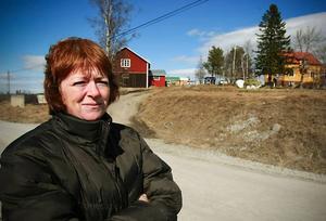 Om det blir uranbrytning i Viken i Oviken så sväljer det dagbrott som skissats bland annat hela den gård som Carina Karlsson delar med maken Kent och döttrarna Elin och Emmelie.De förnyelsebara naturresurserna sol och vind slöt upp runt de omkring 150 deltagarna i demonstrationståget.