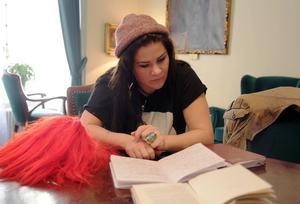 Anteckningar, böcker, rekvisita, fältstudier. Emma Broomé jobbar hårt för att komma in i rollen som Jackie i Sara Stridsbergs pjäs Beckomberga som har urpremiär på Dramatens scen Elverket i Stockholm på lördag.