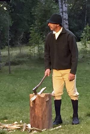 Anders Vestbergs klarar av att hugga ved och agera samtidigt.
