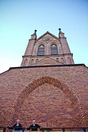 Med en spelplats som Trönö nya kyrka behövs inga kulisser.