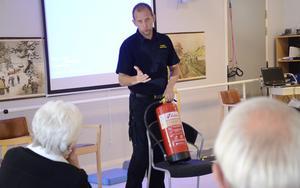 KOPPARBERG. Henrik Karlsson från Räddningstjänsten Västerbergslagen berättade hur man bäst bekämpar bränder. En del av många när en seniordag om säkerhet hölls på Koppargården.