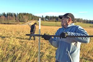 Åke Grundberg och Birger Olsson vid arbetet att påla upp fibernätet i Banafjäl med omnejd – arbete som visade sig göras i onödan.