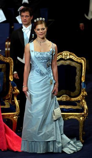 Kronprinsessan Victoria vid Nobelfesten 2003. Lars Wallin skapade klänningen.