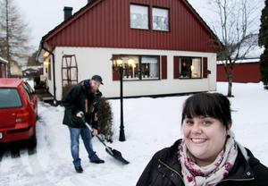 Madelaine Bergstedt och Per-Erik Karlsson i Sunnansjö är en bland 429 köpare av villa eller fritidshus 2013 i Västerbergslagen. De gjorde i höstas ett antagligen mycket bra köp av en fräsch 1 1/2 plans villa med pool på Ägovägen för 675 000 kronor.