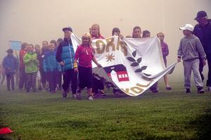 Innan tävlingen startade fick skolorna rada upp sig på Norvalla, där dimman låg tät över fotbollsplanen.