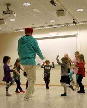 Barnen levde sig in i sagan med rörelserna.