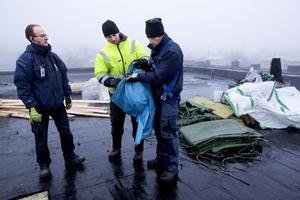 Torsdagens regn innebar att man också måste skydda taket med pressningar på teatern, från vänster Fredrik Dinse, Ken Jonsson och Dimitri Dimtroff.