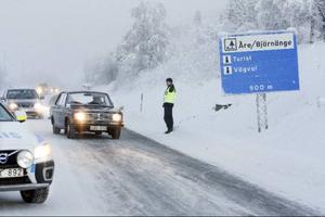 Olyckan inträffade vid 08.30-tiden då en minibuss körde ut på E14 från Åre Continental Inn i Björnänge. Polisen Håkan Hemlin säger att ett ögonvittne kunde berätta vad som hänt.