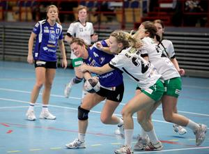Nr 4 Lina Karlsson drar sig fram.