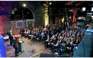 Miljön i den gamla rostungshallen på Verket imponerade på deltagarna. Diskussionen av basindustrins framtid fick en grund i historien. Foto: Johnny Fredborg