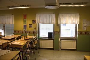 Fönstret till höger bröts upp under helgen, förmodligen med en kofot, och har nu skruvats igen provisoriskt. Klassrummet spärrades av under måndagen.