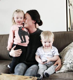 Sara Löfström Parkman med barnen Freya Svensson, tre år, och Frank Svensson, ett år.