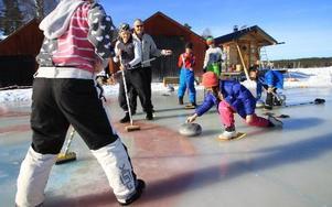Curlinginstruktionerna lockar många barn att prova på. Här ses Hanna Hindrikes skicka iväg stenen. Seth Jansson