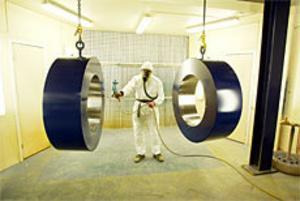 Andreas Jansson är väl utrustad när han jobbar med epoxylacken och målar de stora ringarna. Foto: Lasse Halvarsson