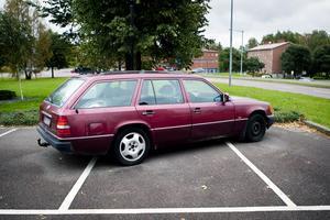 Herrgårdsvagnen av 1990 års modell förefaller att vara i någorlunda skick. Frågan är hur länge den kommer att stå kvar och uppta tre platser på den centralt belägna parkeringen.