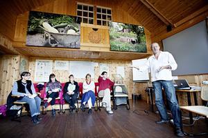 Jan Forsmark, kursledare, instruerar några av helgens kursdeltagare i konsten att sätta ihop grupper och leda övningar i omställning. En metod kallas Akvariet.