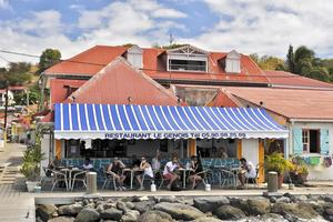 I staden Bourg de Saintes på ön Terre-de-Haut finns gott om små bistroer där man äter bra.