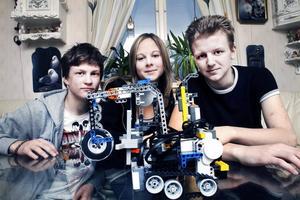 MOT VM. Sebastian Gustavsson, 15, Rebecca Nygren, 16, och Christer Åström, 17, tog hem SM i robotkörning i Uppsala  i helgen. Nu väntar VM i Singapore.