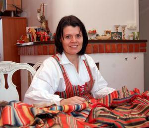 Anna-Karin Jobs Arnberg har sedan ungdomen varit intresserad av Floda sockens dräkttraditioner.
