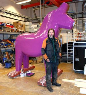 Torbjörn Lindgren sätter färg på hästen.
