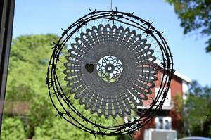 Taggtråd. Ingegerd använder det mesta, här taggtråd, hårt och mjukt.