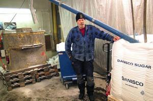 Saltbilsföraren Håkan Norlander, Gällö,  med den utrustning där sött och salt mixas innan det sprids på E 14  söder om Gällö. Foto: Ingvar Ericsson