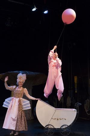 En knäpp hertiginna och en bebis som svävar upp i luften bjuder Folkteatern på i Alice i Underlandet.