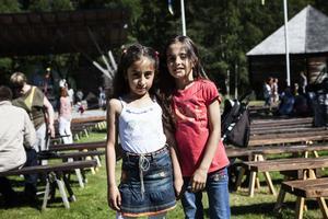Shahad Altuoma och Bana Hamo från Veda utanför Härnösand.