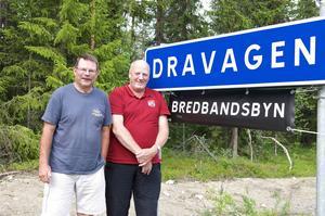 Sten-Olof Schärdin och Jan-Olof Östling i Dravagen är överens om att det är en gudagåva att ha bredband av bästa kvalitet. Med närmast total uppslutning i byn har de dessutom hållit nere kostnaderna per fastighet och surfar nu som om de bodde i storstan.