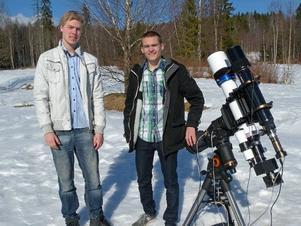 Måns Holmberg och Andreas Persson vann en tekniktävling i Stockholm - och får som pris resa till USA. Spektrografen syns längst ned på teleskopet. Foto: Per Malmberg/DT