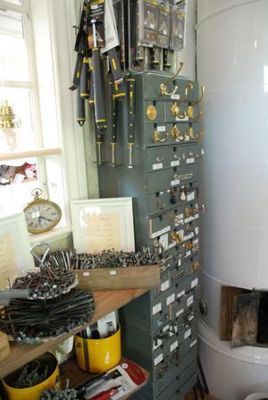 I den nya butiken kan man bland annat hitta handsmidda spikar och flera andra produkter som än i dag tillverkas.