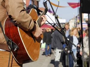 En ensam trubadur underhöll en liten men entusiastisk musik.