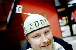 """MÖSSA. Esbjörn Brolund är från Uppsala men har rötter i Sandviken. Mössan med det speciella utseendet har han fått av """"en tant utanför Uppsala"""", berättar han: """"Vi är ett litet gäng om kanske tio personer som bor i Uppsala men har rötter i Sandviken. Vi har sådana här mössor och går på matcherna tillsammans"""", säger han."""