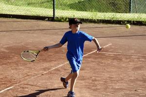 Alex Bjuggstam är på väg att dra till med en forehand. Han har flera jämnåriga kompisar i Örnsköldsviks Tennisklubb.