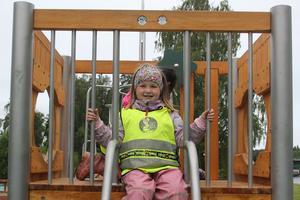 Julia, 4 år tycker bäst om klätterbåten och att hoppa studsmatta.
