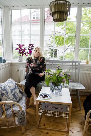 Johanna Beijar Larsson trivs i husets ljusaste rum – punschverandan.