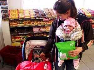 Den här gången hämtade 25-åriga Alexandra Karlsson från Lugnvik inte ut barnkläder köpta på internet till 3 månader gamla dottern Julia Grundal och 2-årige sonen Gabriel Grundal. Det var ett paket till Gabriel från hans kusiner, Charlie och James Karlsson, i Vällingby.