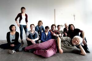 Utvikta: Läraren L R Larsson i förgrunden och några av eleverna i åk2 på Konstskolan som nu ställer ut på Konstcentrum.