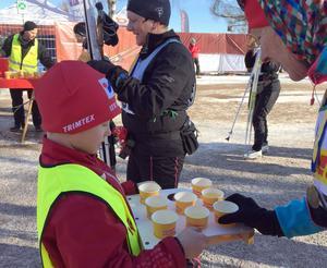 Många är törstiga när de kommer i mål. Calle Grudd Trogen, 7 år, fixar drickat.