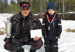 Thomas Axelsson vann Busjöpimpeln för tredje gången och tog därmet hem vandringspriset. Här flankeras han av unge Mille Granfelt-Johansson som vann juniorklassen.
