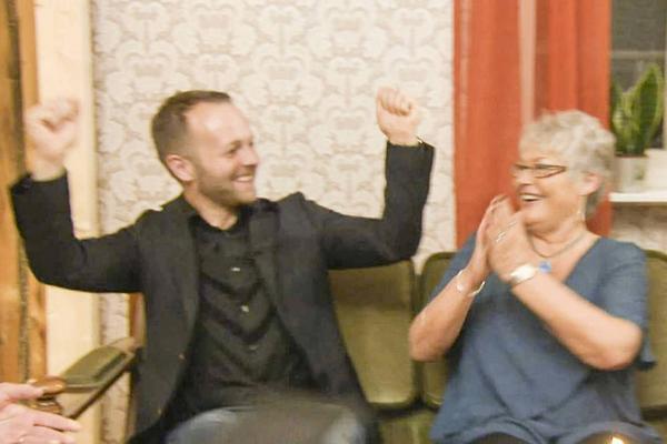 Jubel hemma hos Madelene Gustafsson, där det sista programmet för veckan spelades in och där det avslöjades att Martin tagit hem segern.
