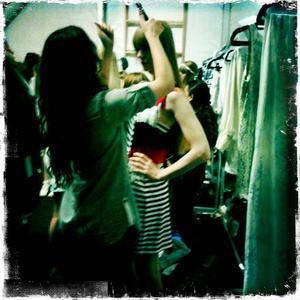 Strax innan Karin ska ut på catwalk för Ivana Helsinki på New York fashion week 2010.