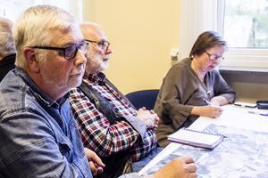 Mats Eriksson, Ulf Dunderberg och Ingrid Belfrage placerar ut symboler på kartan.