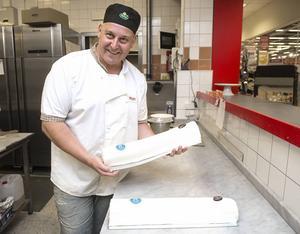 Micke Malmberg bakade en jättetårta redan för snart 25 år sedan. Då firade ST 150 år, när det nu är dags igen ska bagare Malmberg se till att det bjuds på 175 meter tårta.