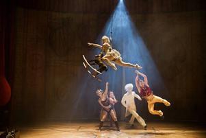 Tillsammans med livebandet Irya's Playground skapar Cirkus Cirkör den bästa cirkus som recensenten sett.FOTO: MATS BÄCKER